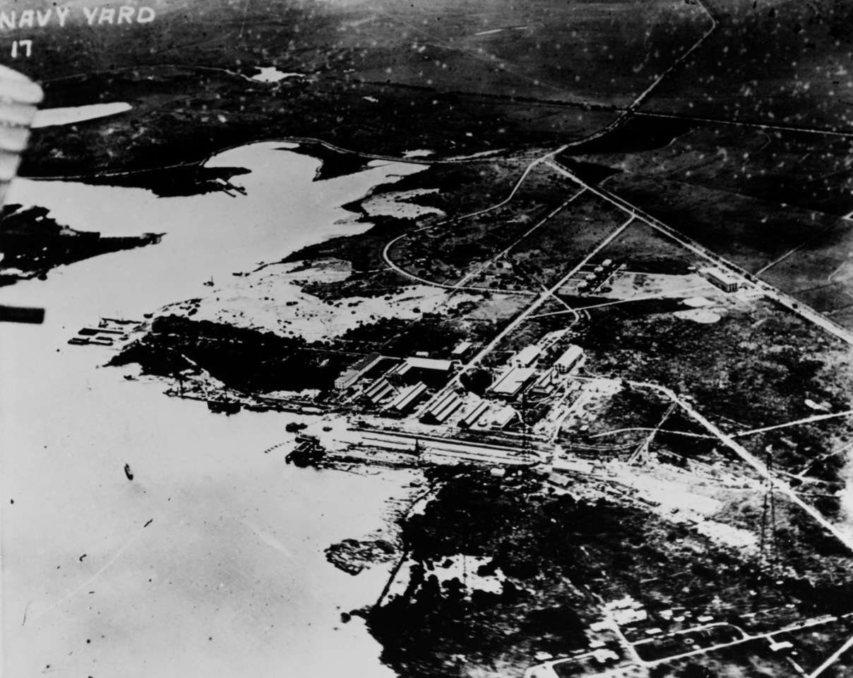 Vista aérea de Pearl Harbor con edificios en el centro, 1918.