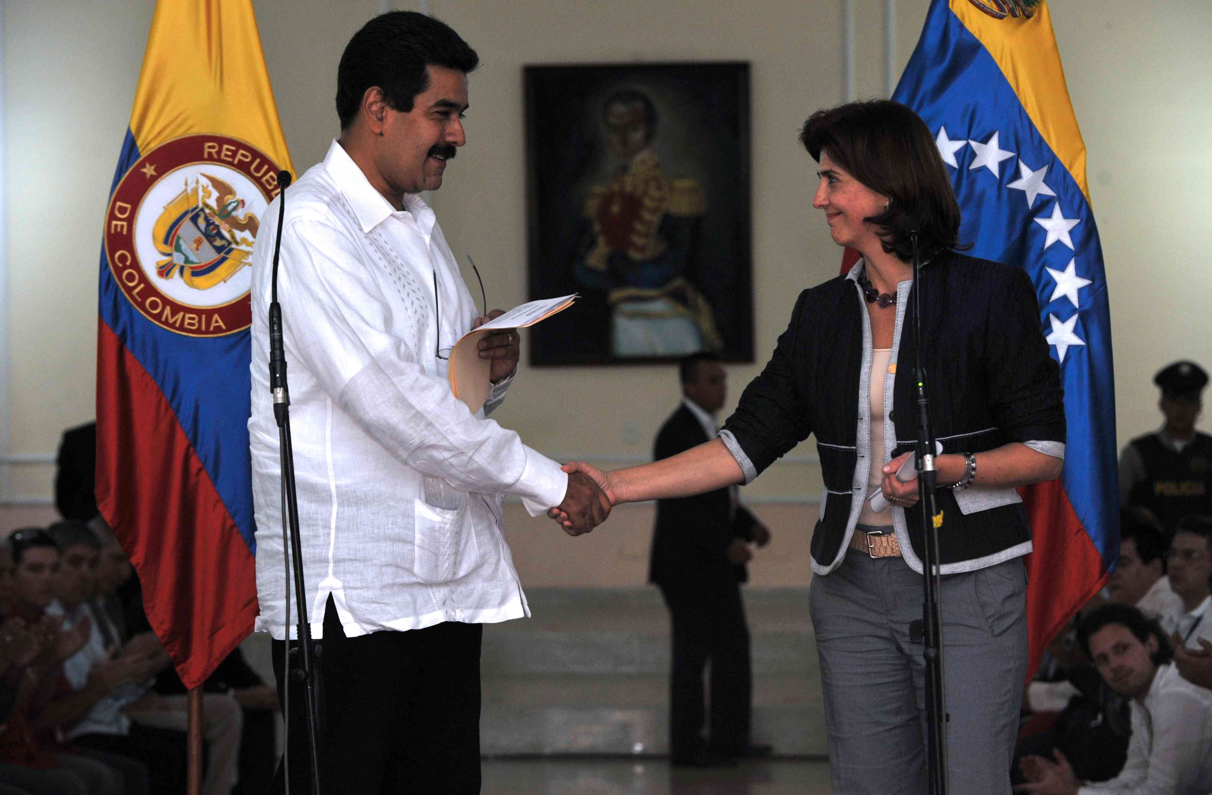 Colombian Minister of Foreign Affairs Maria Angela Holguin (R) with Nicolas Maduro