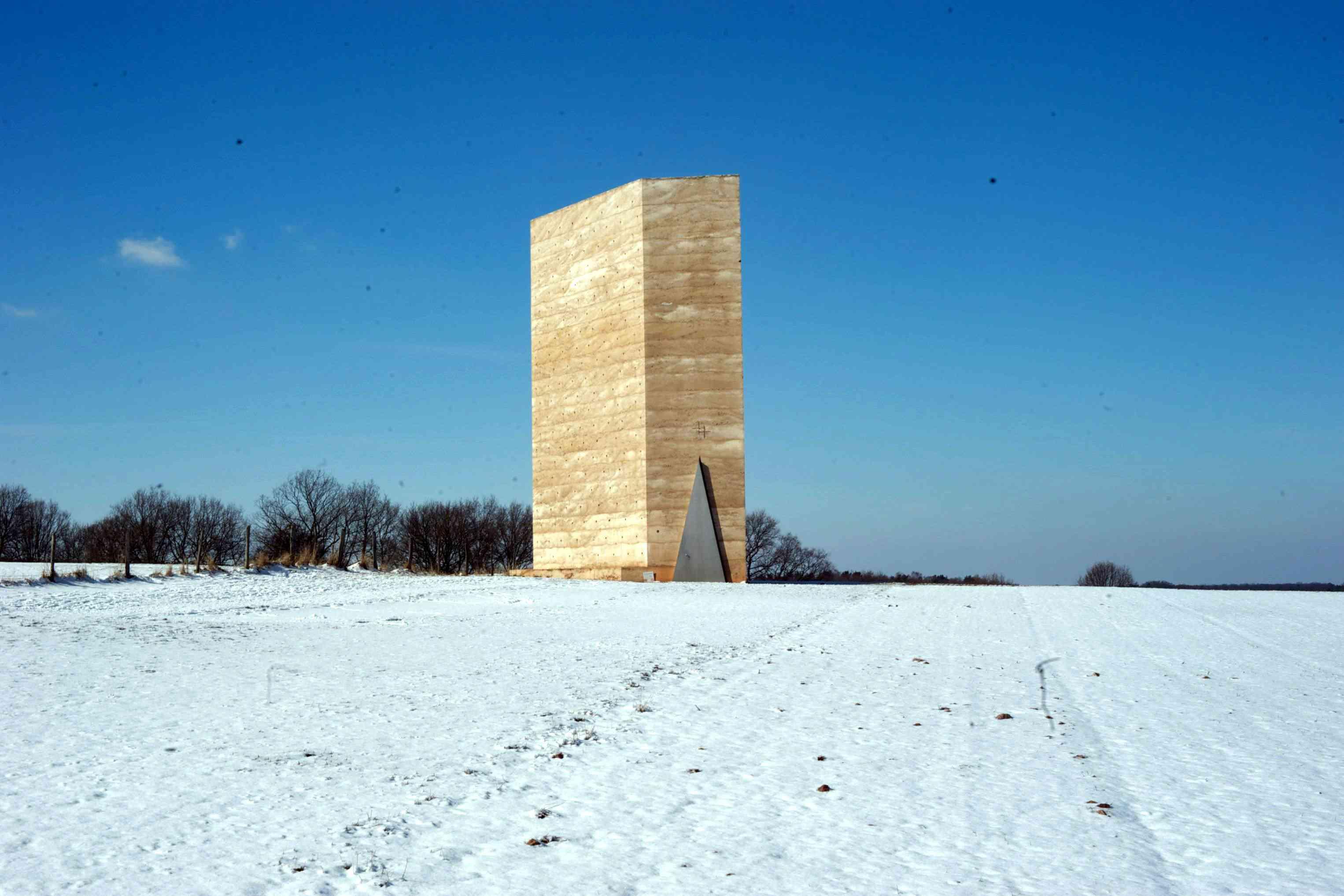 La capilla de campo Bruder Klaus, un monolito de hormigón diseñado por Zumthor, se encuentra solo en un campo desolado