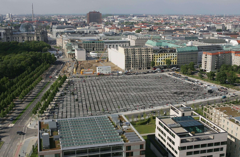 vue aérienne du site de construction du Mémorial de l'Holocauste à Berlin dans les sites du Reichstag