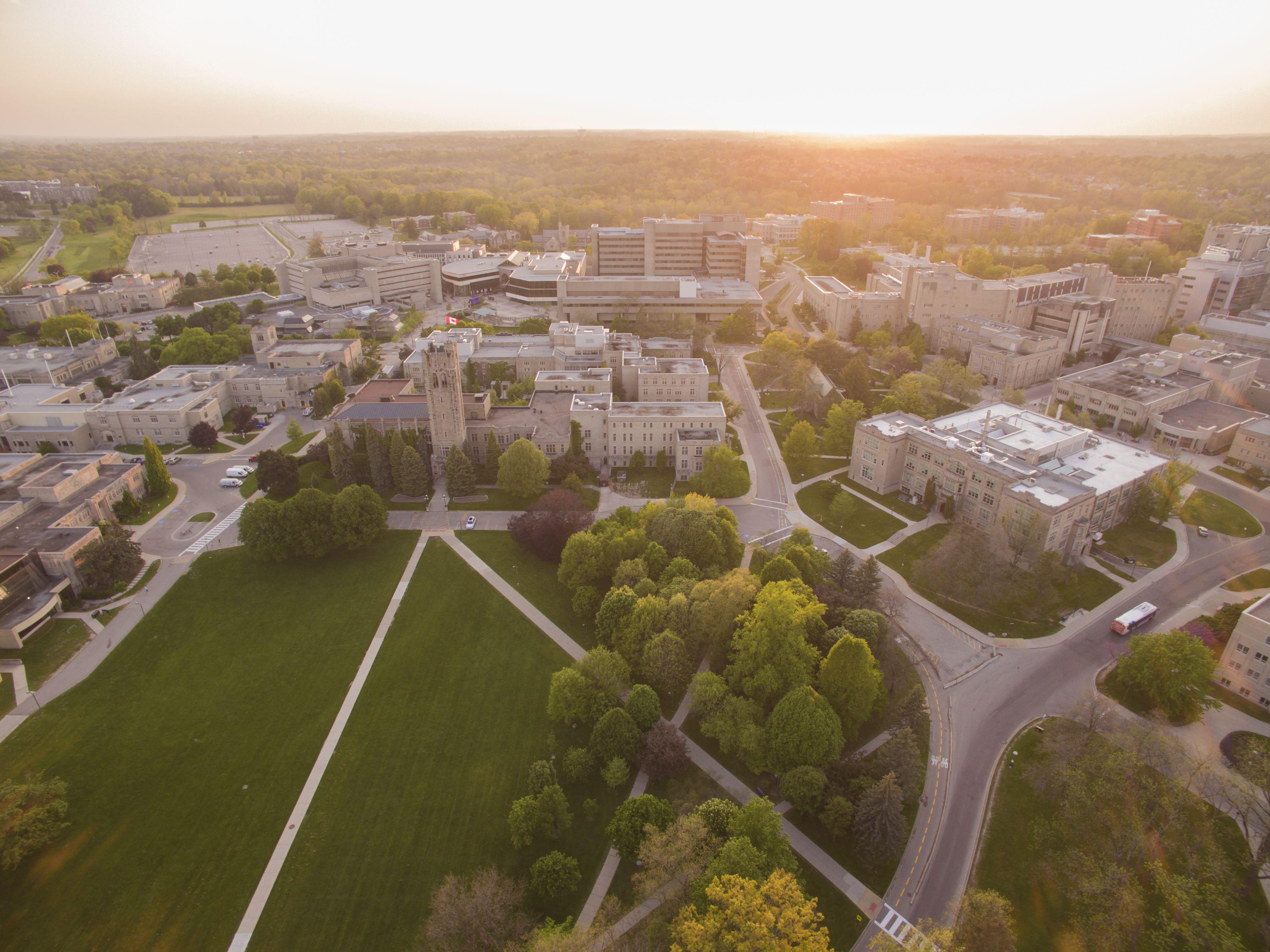 Vista aérea de la Western University al atardecer