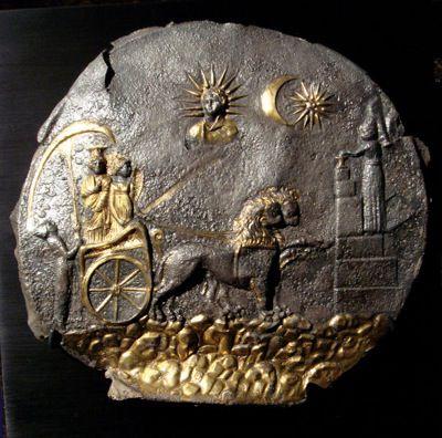 Cybele in einem von Löwen gezogenen Streitwagen, ein Votivopfer und der Sonnengott.  Baktrien, 2. Jahrhundert v