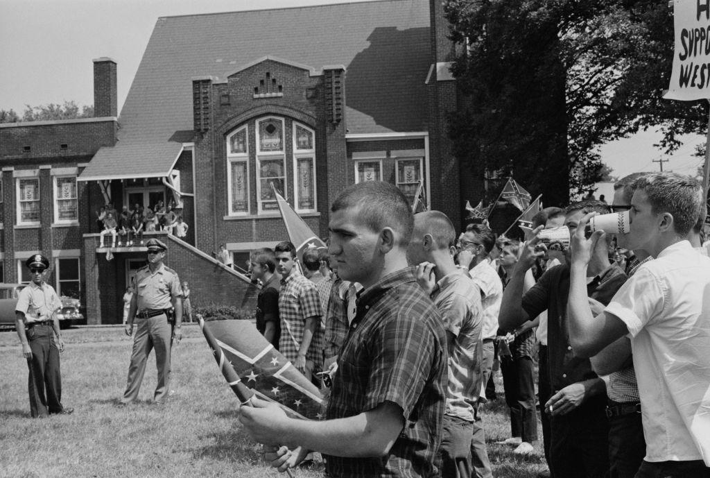Una multitud de estudiantes de Woodlawn High School en Birmingham, Alabama, ondeando la bandera confederada en oposición al inicio de la campaña de Birmingham, mayo de 1963