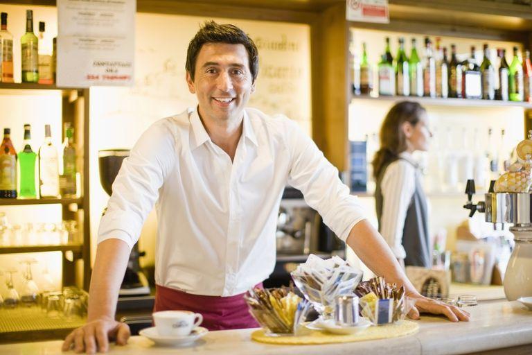 Varón al frente de su negocio en un restaurante creado con visa E-2.