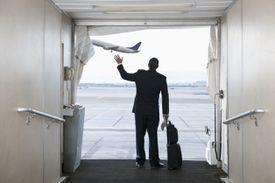 Varón despidiéndose en aeropuerto.