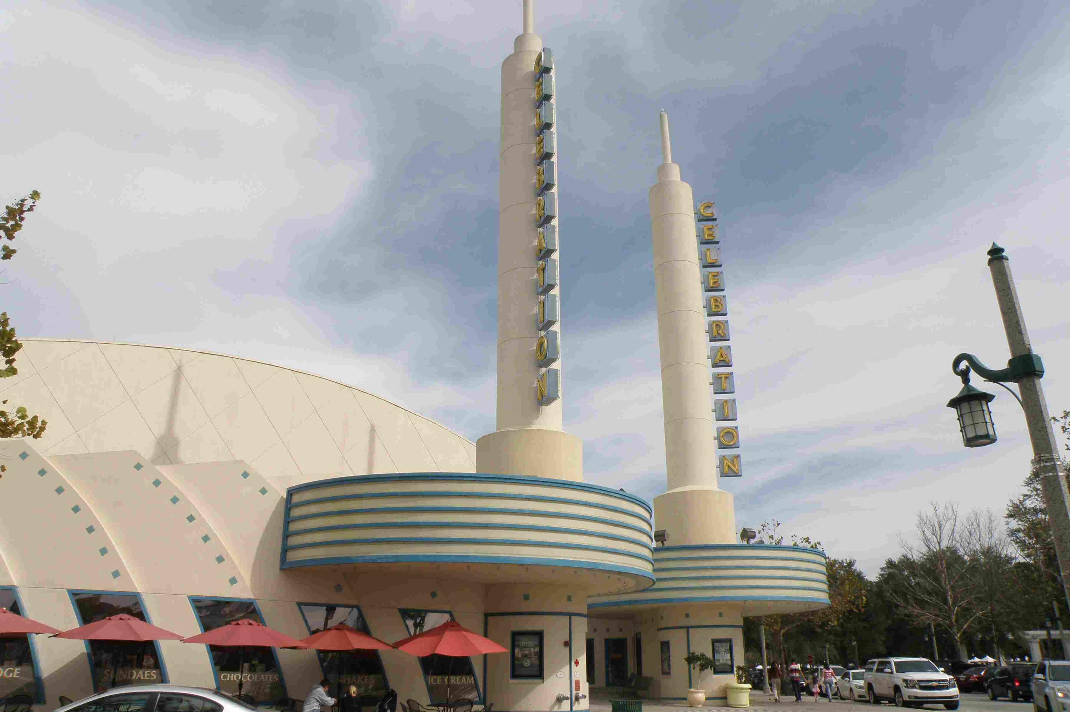 Cine con curvas y torres, muy llamativo y moderno.