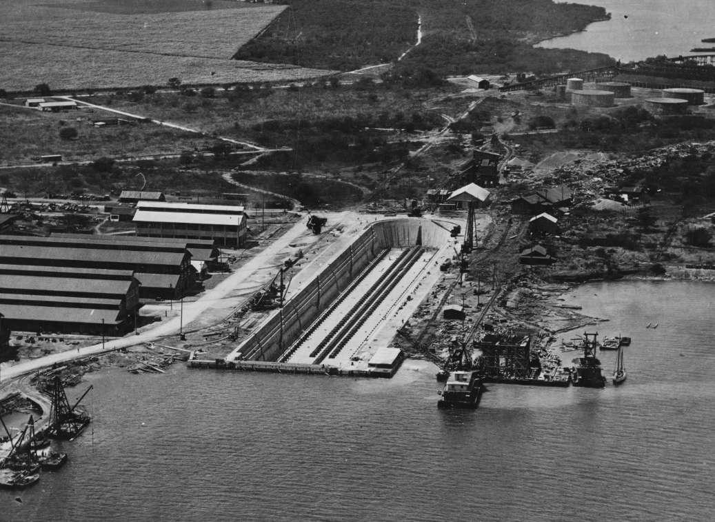 Vista aérea del dique seco de Pearl Harbor vacío.