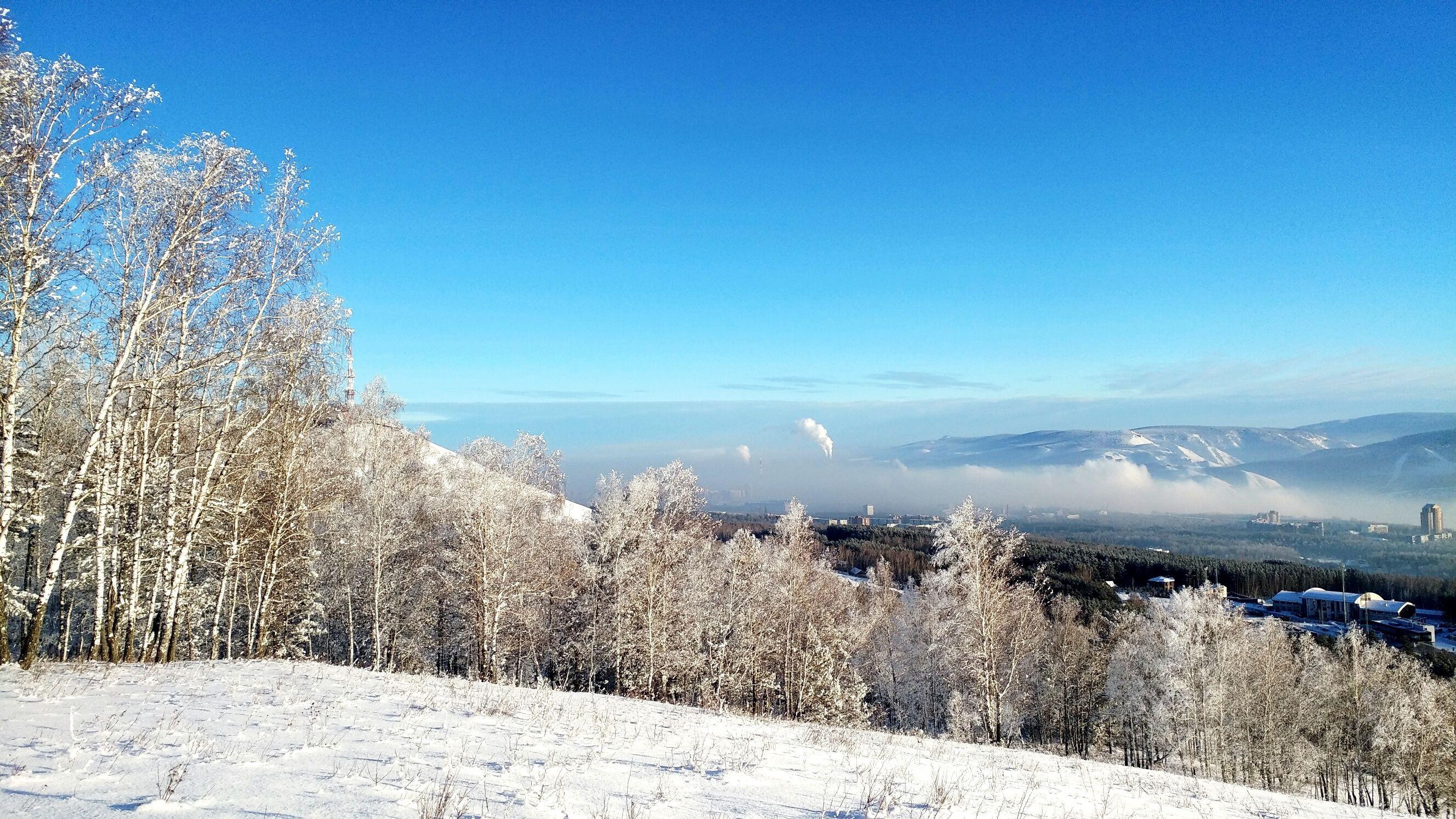 Vista panoramica del paesaggio innevato contro il cielo blu