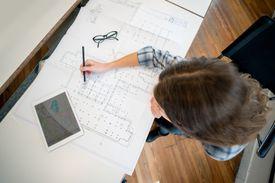 Arquitecto dibujando un plano