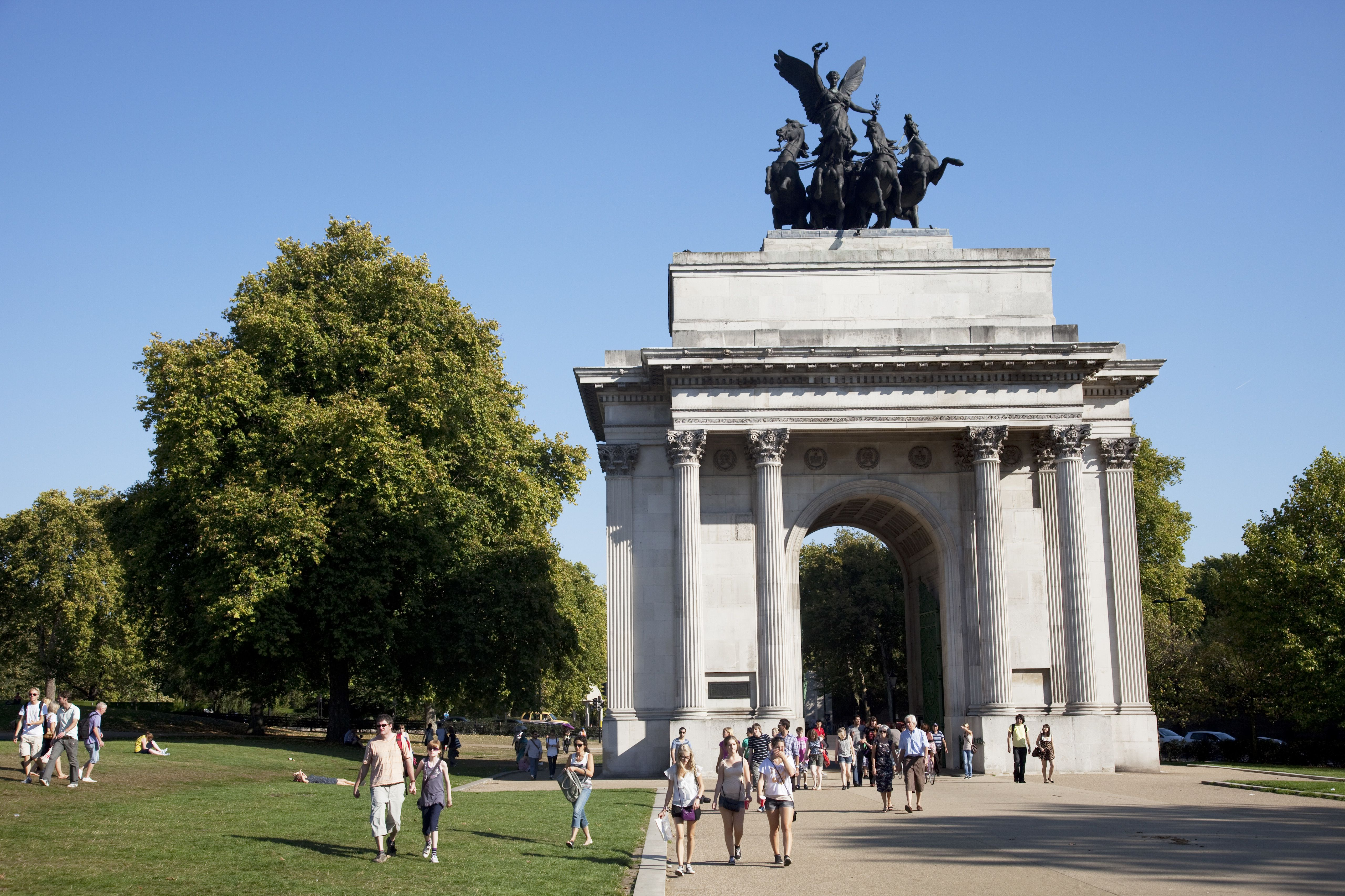 Summertime heat wave in Autumn gives London an Indian Summer Tourists near to Constitution Arch (Wellington Arch), a memorial to the Duke of Wellington and originally providing a grand entrance to London.