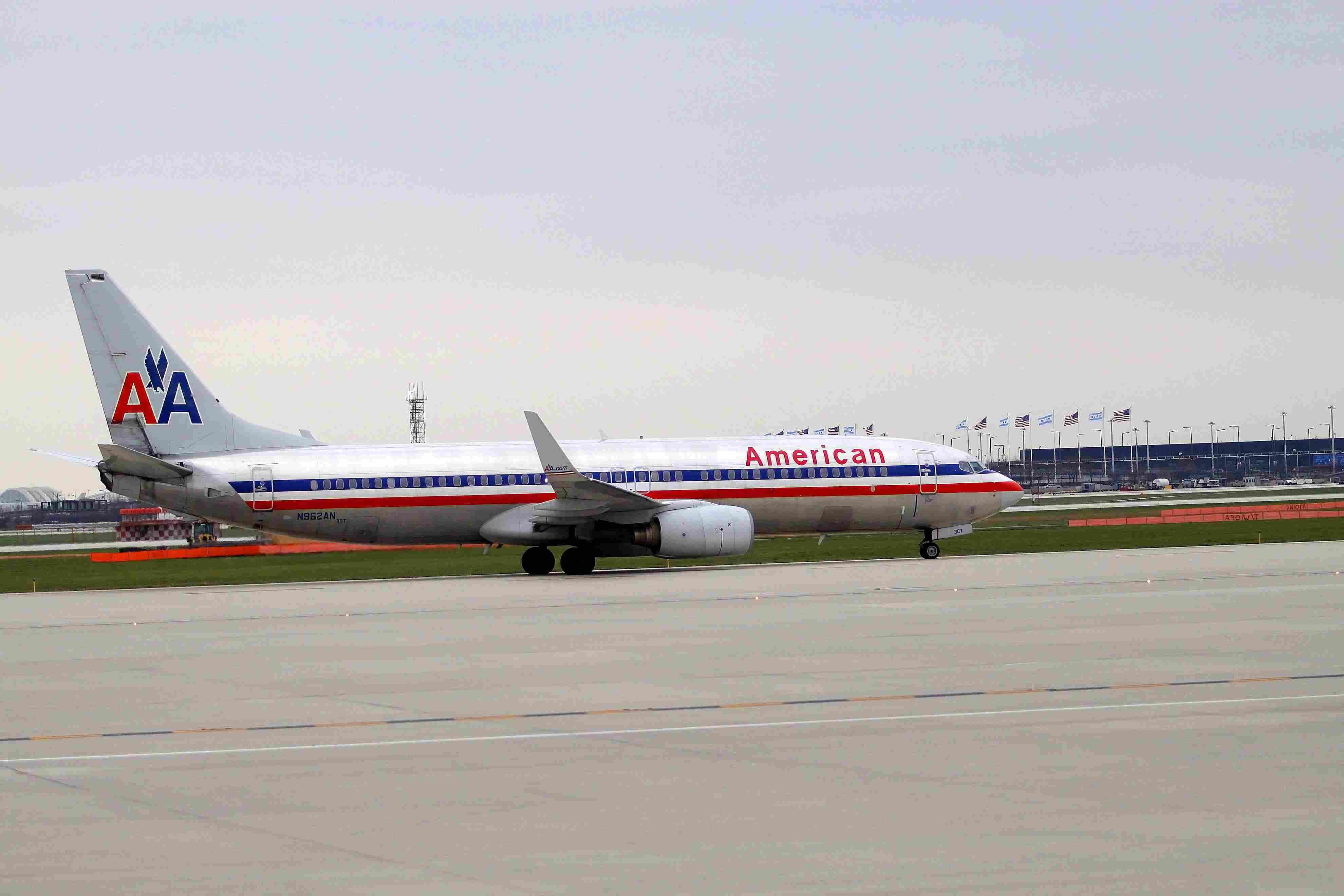Avión de American Airlines colocándose en pista.