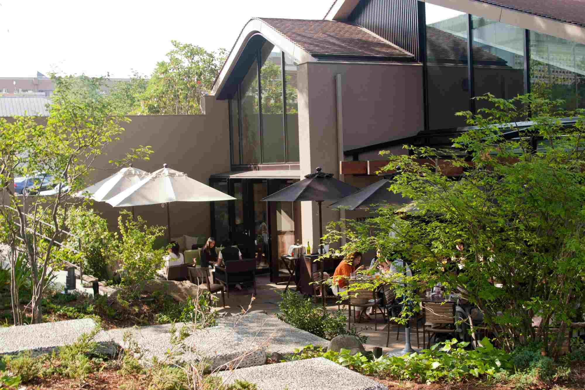 Hillside Terraza complejo, el diseño urbano, la gente que come fuera