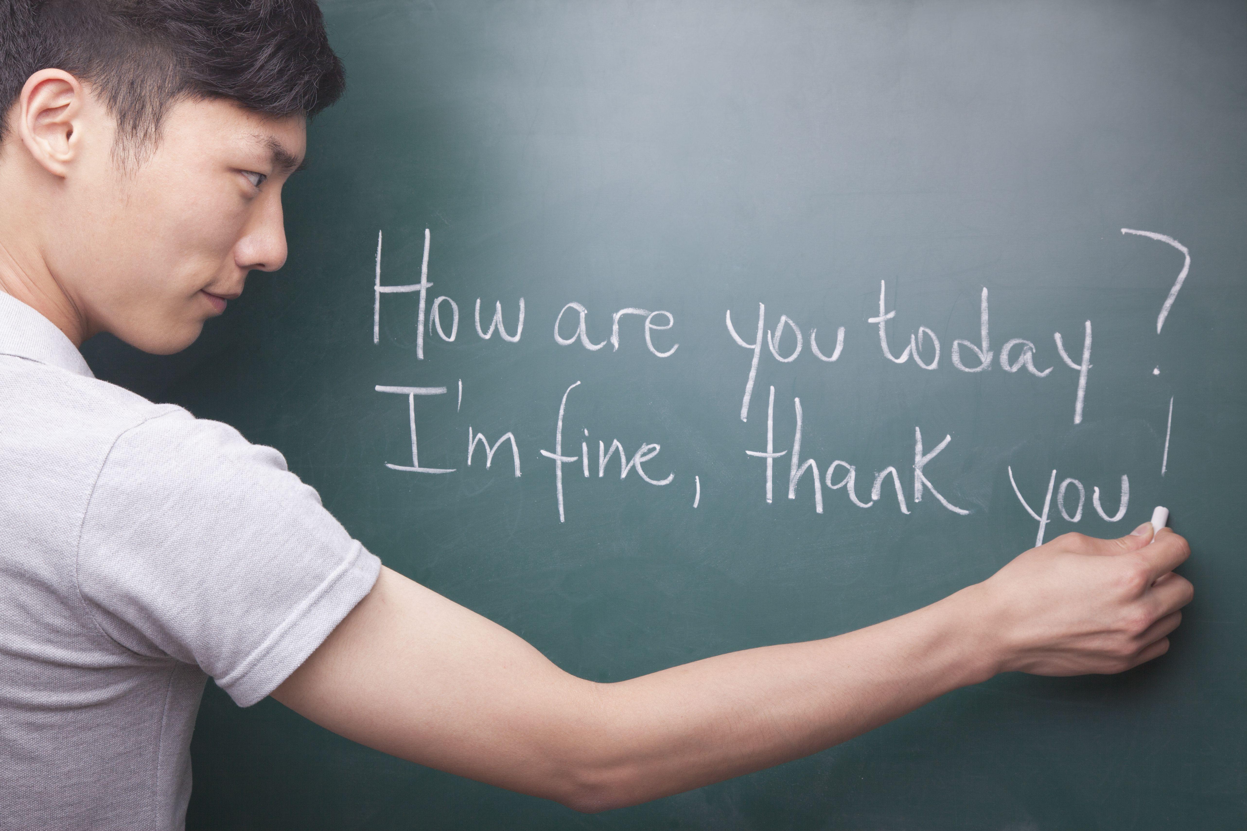 Estudiante practicando frases en inglés