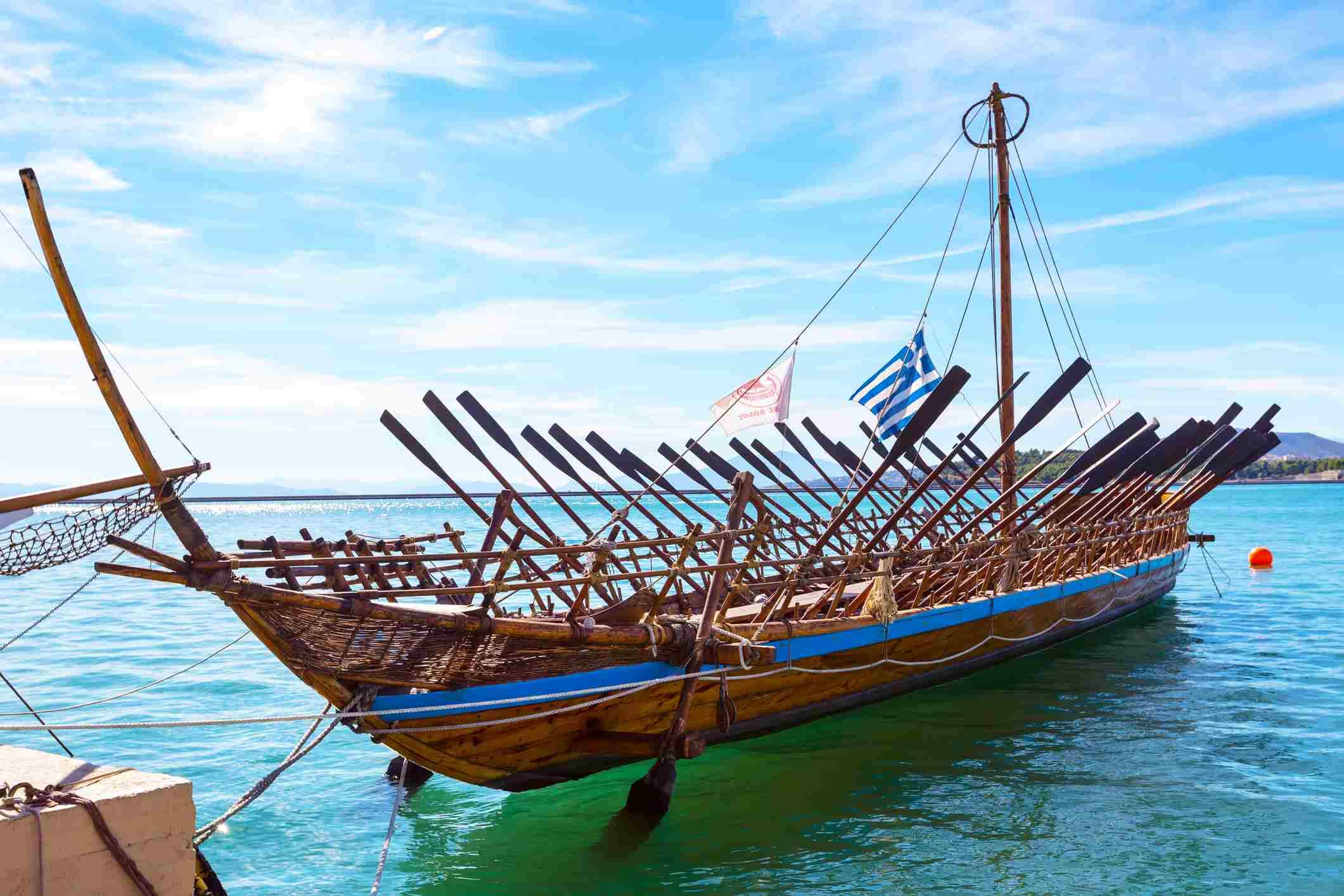 Reproduktion des antiken griechischen Schiffes