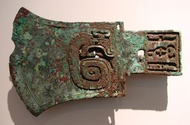 Hache Yue en bronze. Chine du Nord, dynastie Shang