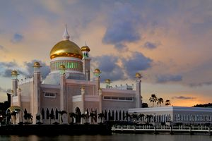 Sultan Omar Ali Saifuddin Mosque in Brunei at sunset.