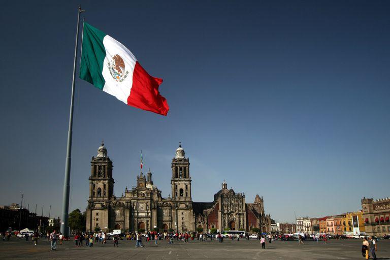 Bandera mexicana ondeando en el zócalo de México.
