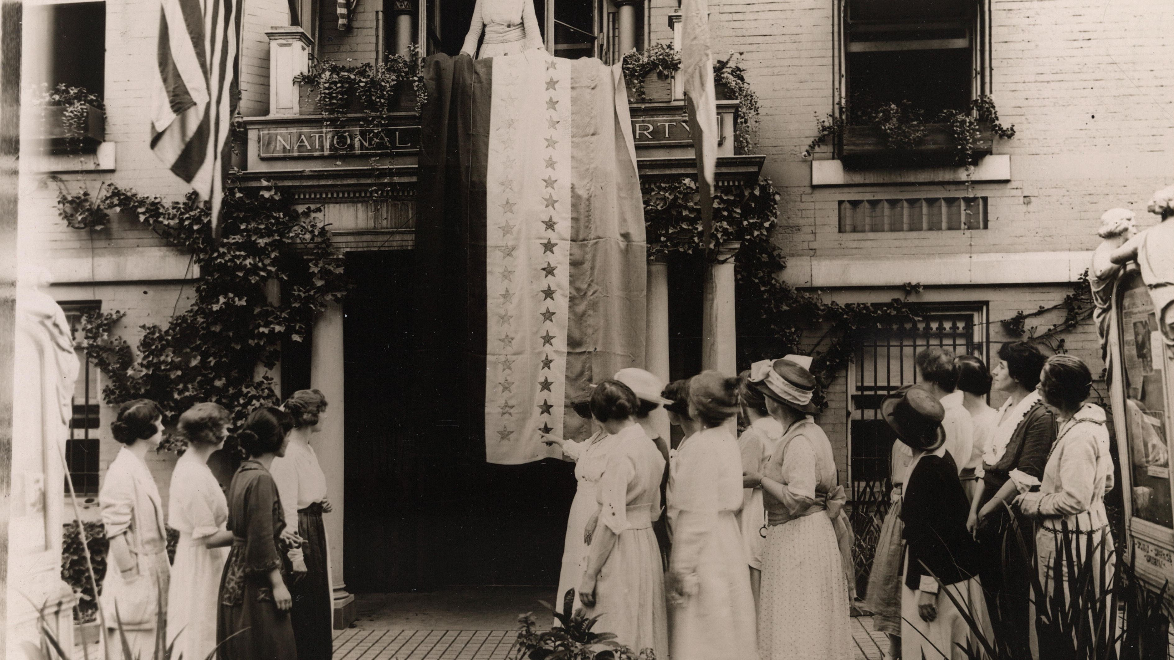 Washington D.C. 1918 Photo WOMAN SUFFRAGE SUFFRAGETTES WITH BANNERS Location