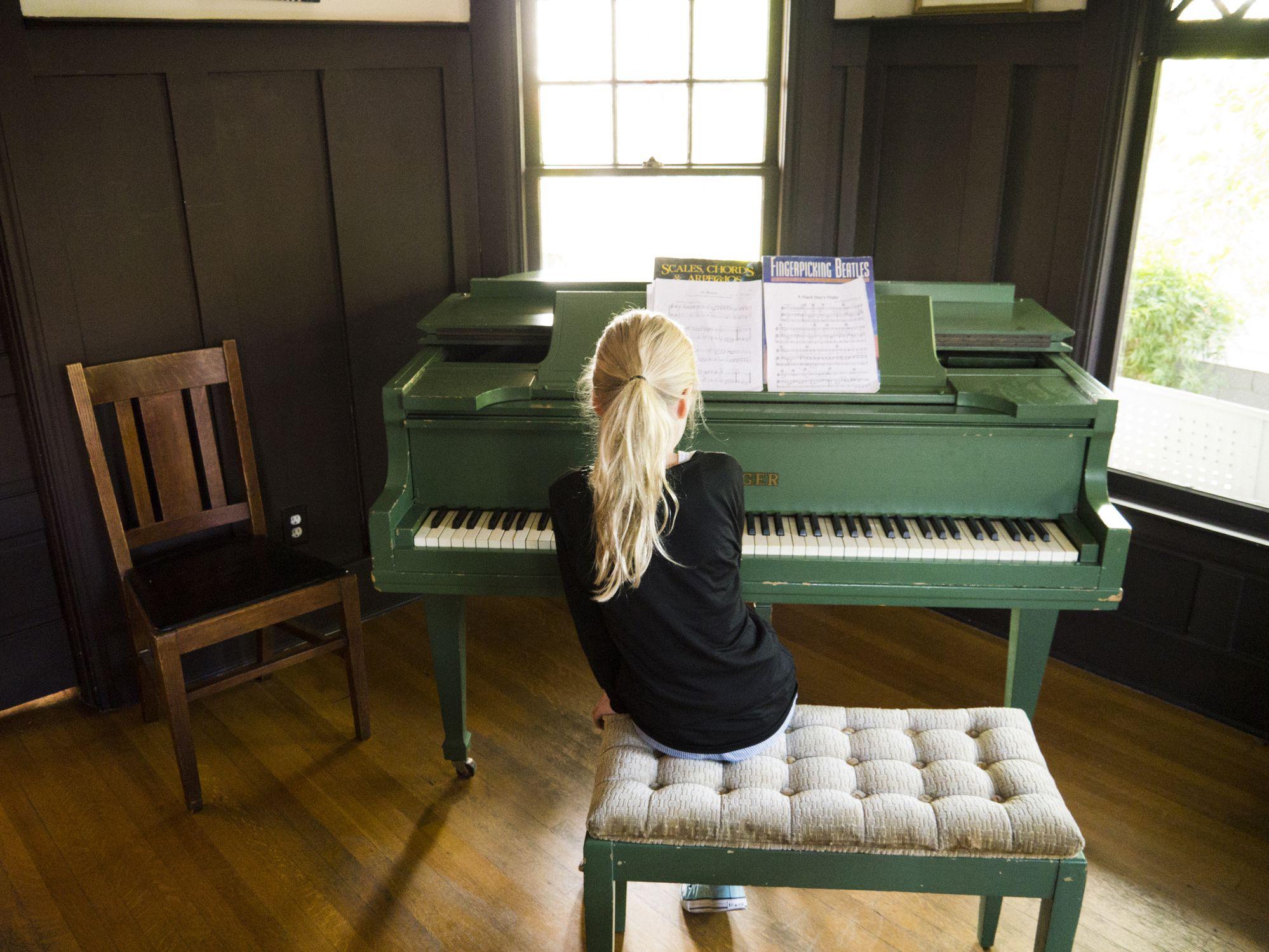 girl playing piano - HD1998×1500