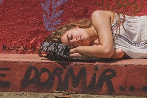 woman sleeping for article on dormir
