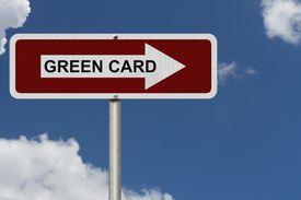 Cartel con flecha con el nombre de green card.