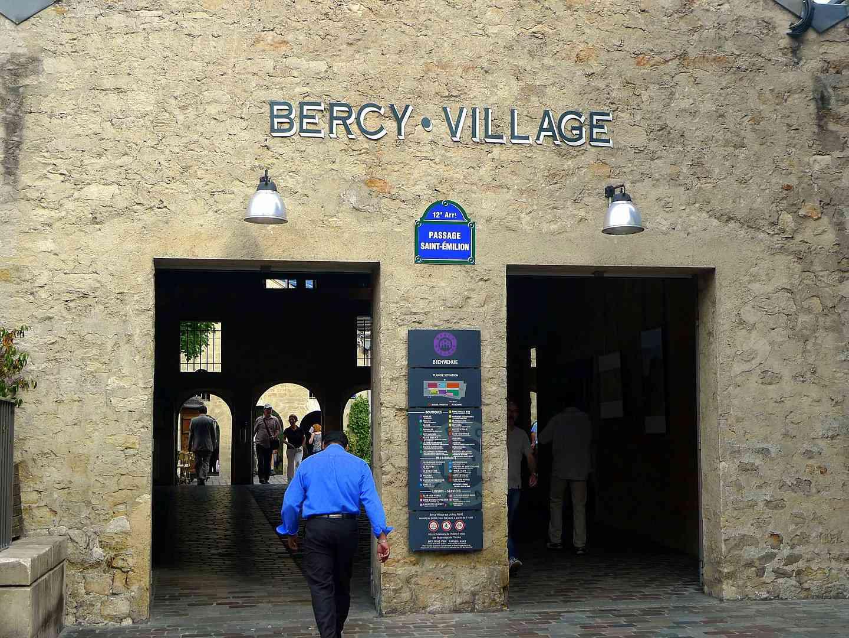 Eingang zum Bercy Village in Paris, Frankreich an einem sonnigen Tag.