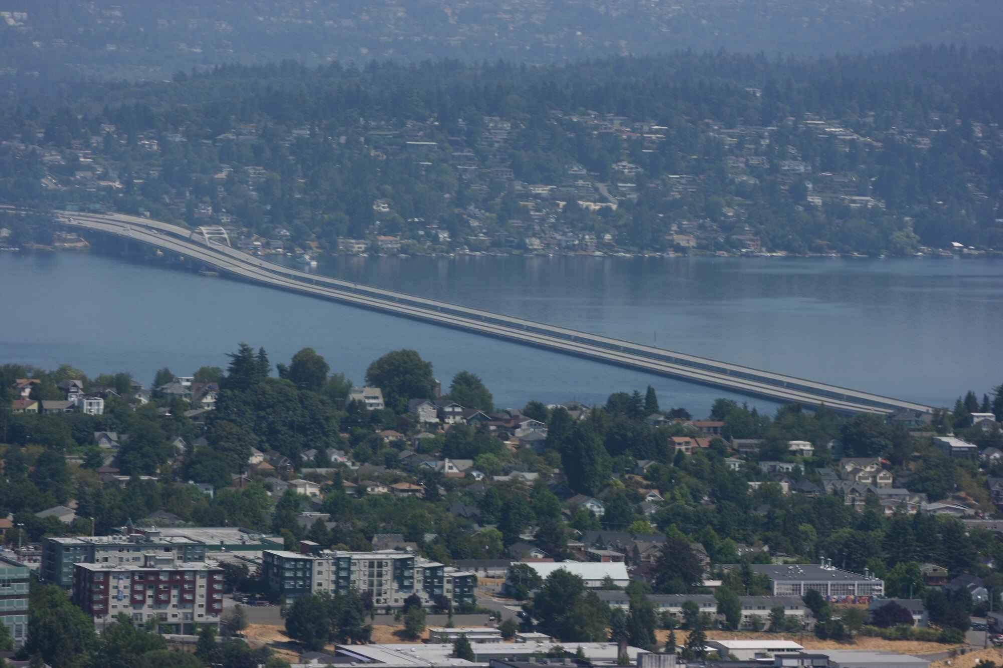 long pont automobile flotte sur l'eau pour relier deux masses terrestres