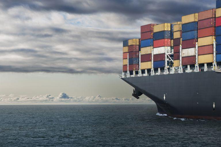 Barco con contenedores para ilustrar la visa E-1 para los que tienen negocios de import/export.