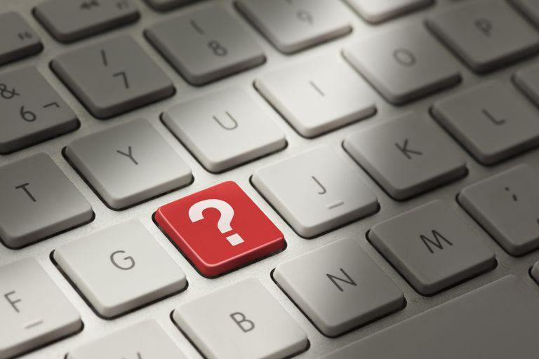 Teclado de computadora con símbolo de interrogación.