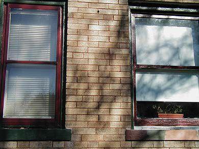 λεπτομέρεια του βαμμένου παραθύρου δίπλα στο άβαφο παράθυρο