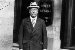 Scottish novelist Arthur Conan Doyle, 1925