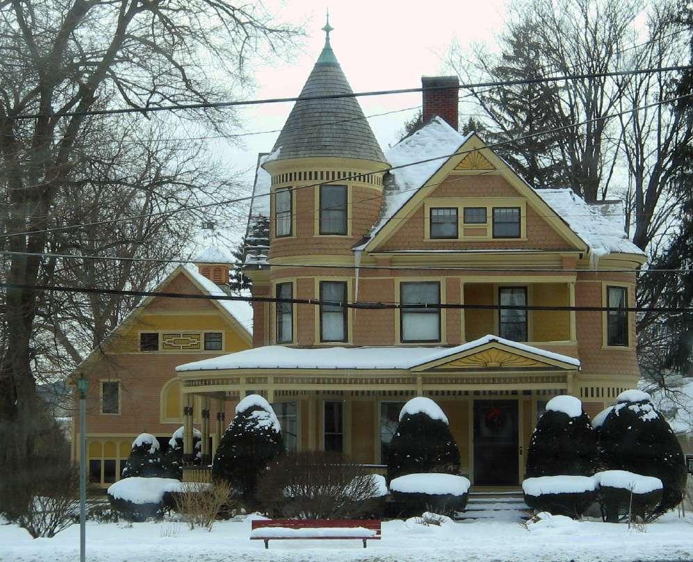 maison victorienne avec tourelle et porche