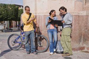 Tres muchachos hispanos socializando