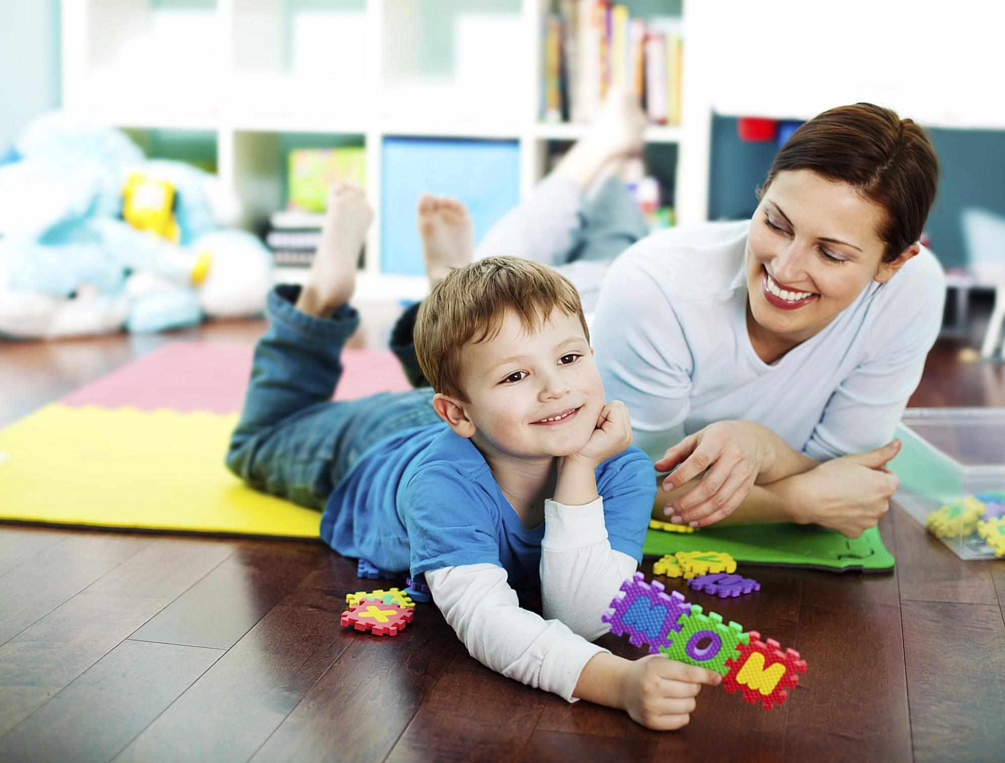 Niño jugando con su niñera