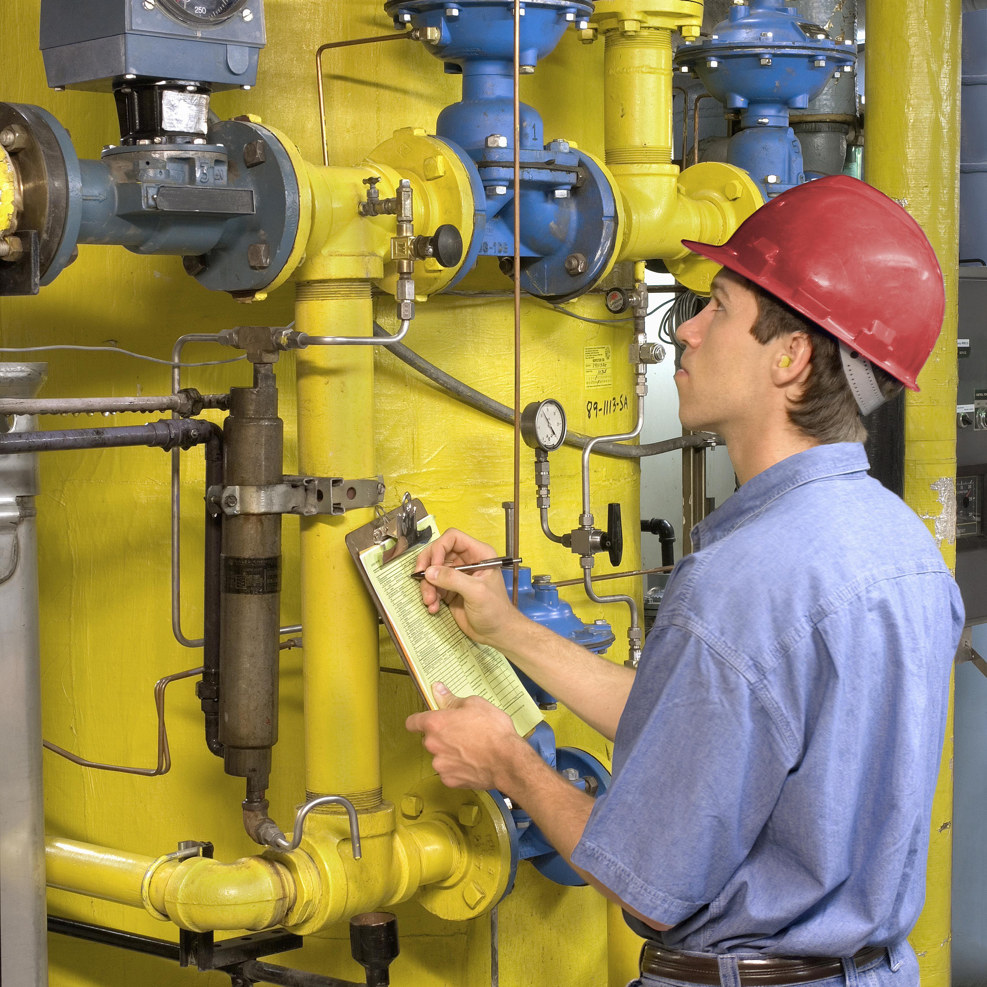 Ein Ingenieur kann Tests an mechanischen Geräten durchführen.