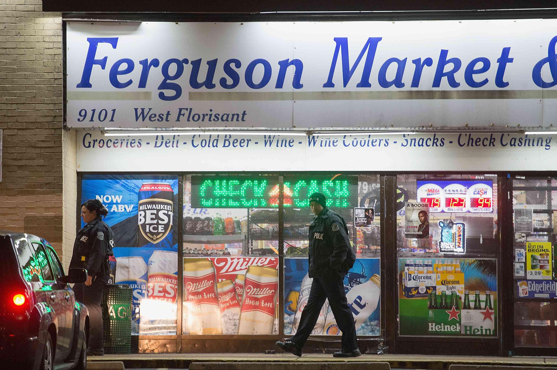 Polizisten vor dem Ferguson Market & Liquor während der Unruhen 2014 in Ferguson, Missouri.
