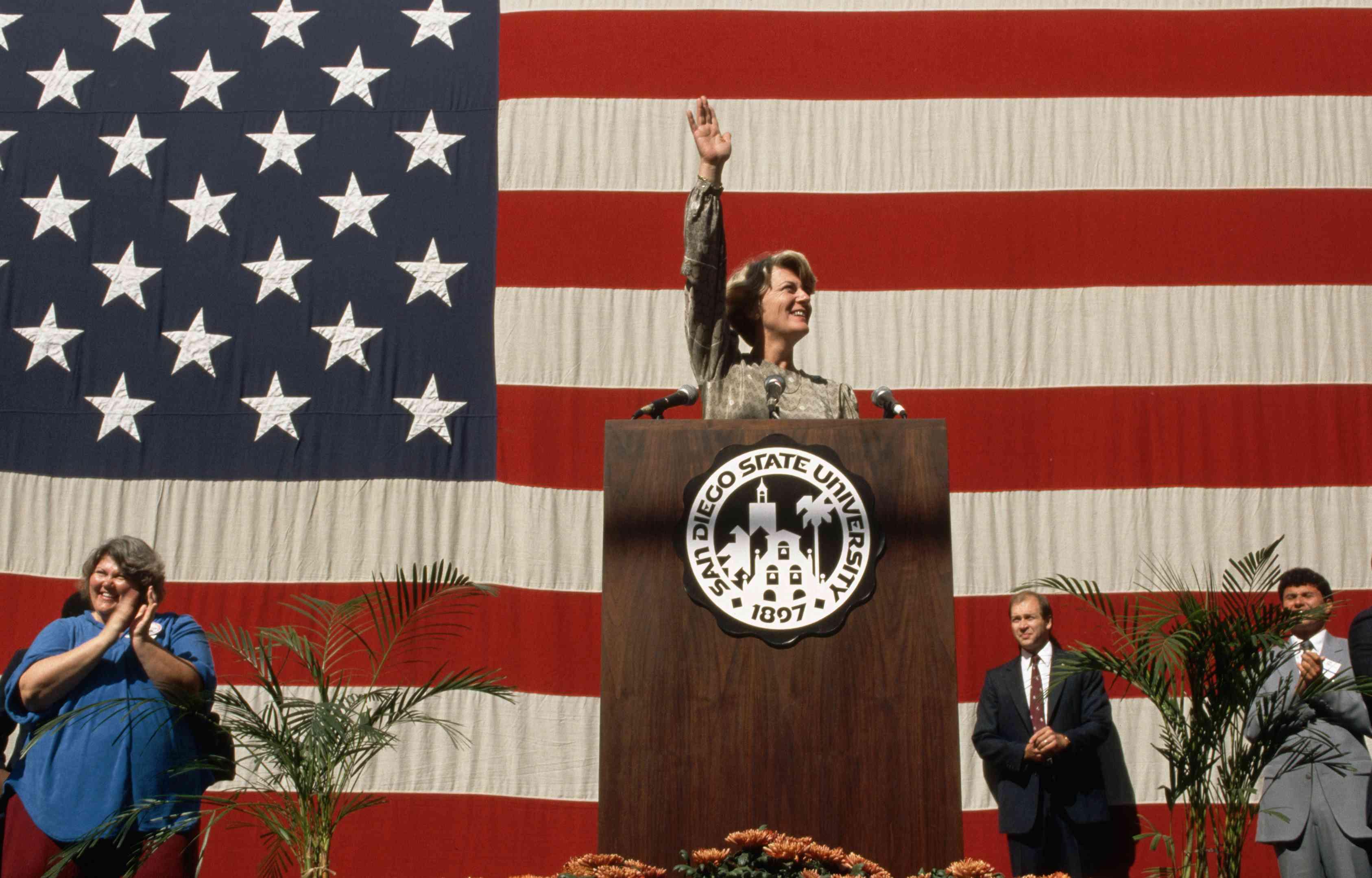 Geraldine Ferraro und die amerikanische Flagge