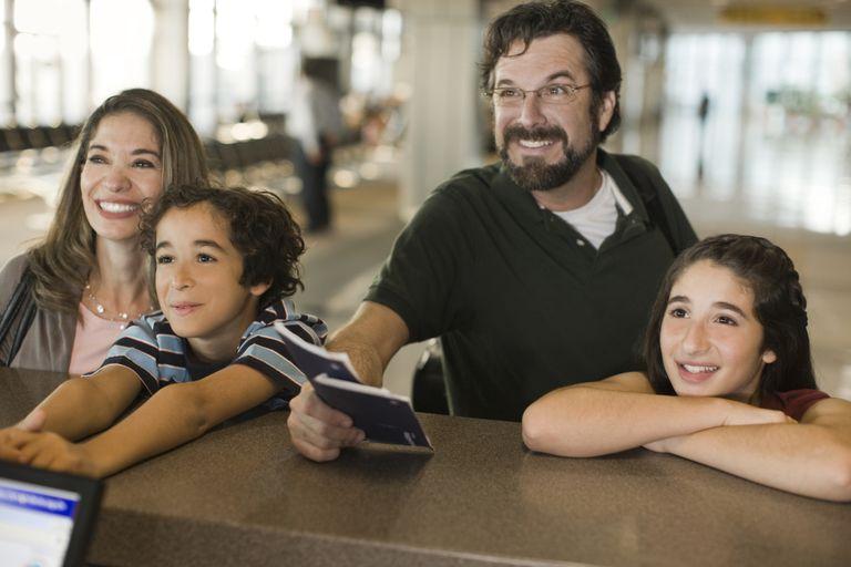 Familia hispana compuesta por padre, madre y dos hijos.
