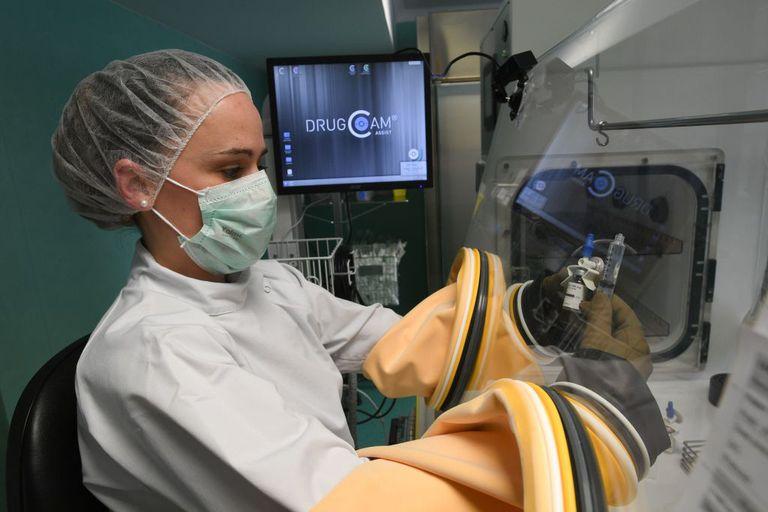 Enfermera prepara medicina para quimioterapia
