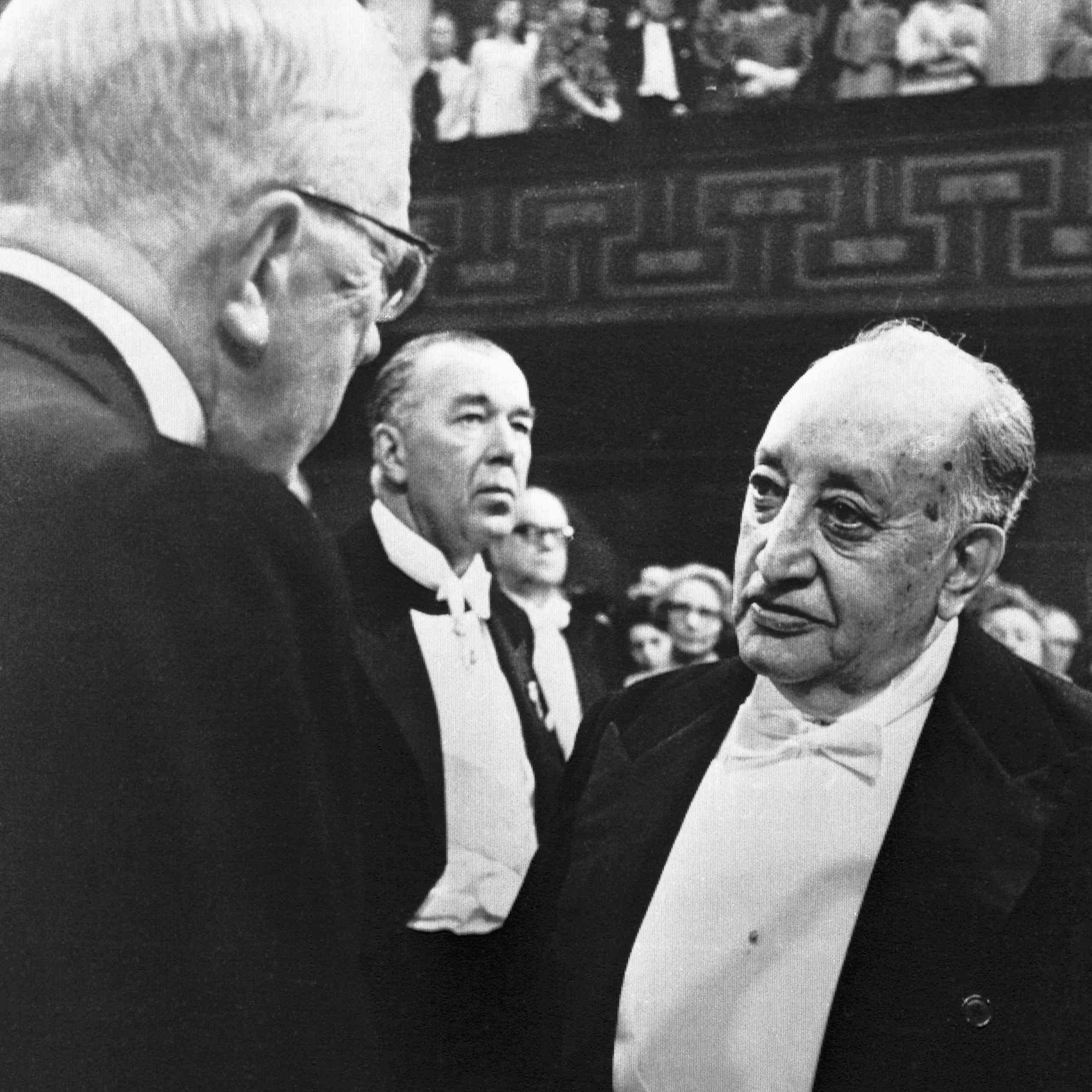 El rey Gustav Adolf presenta Asturias con el premio Nobel