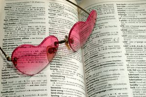 Heart shaped sunglasses on English to French dictionary
