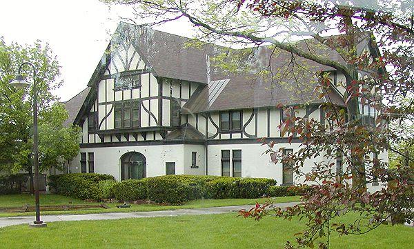 cheminées lourdes et colombages décoratifs donnent des maisons de style Tudor une saveur médiévale.