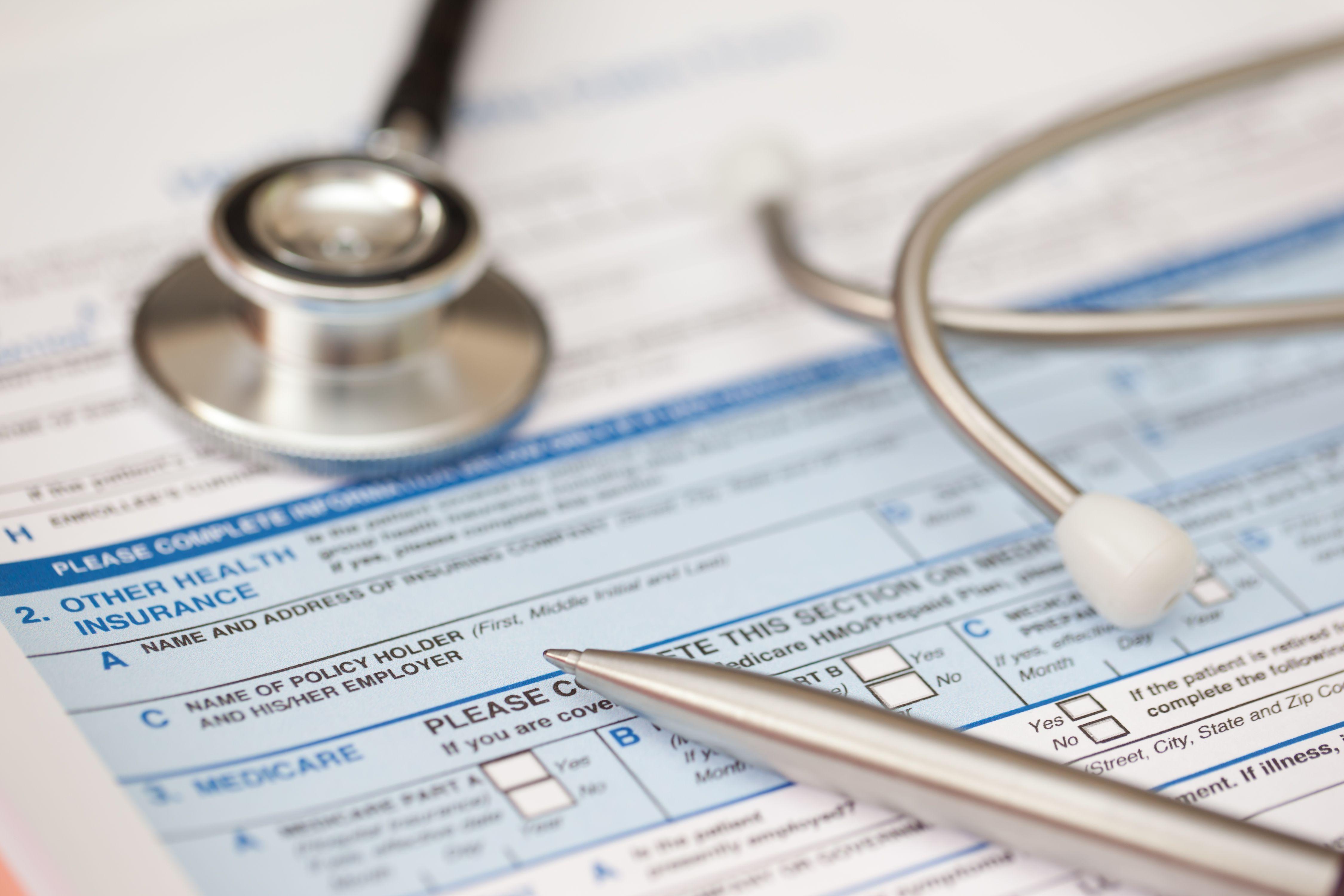 Ficha de registro del paciente con estetoscopio