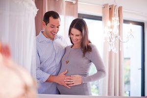 Pareja coloca mano sobre panza de embarazada