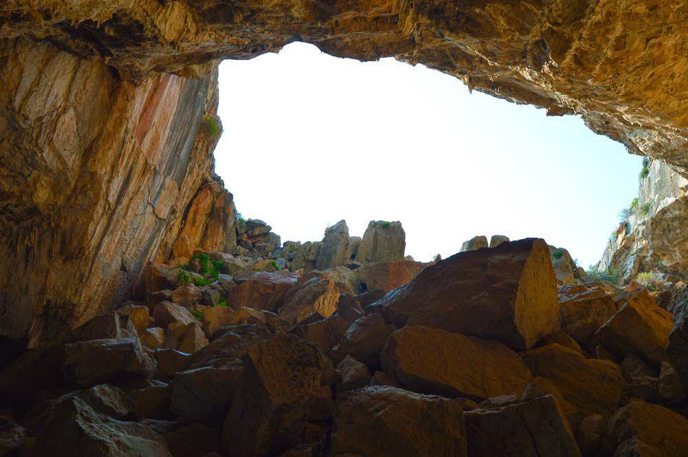 Stehend in der Franchthi-Höhle in Griechenland mit Blick auf die Höhlenöffnung.