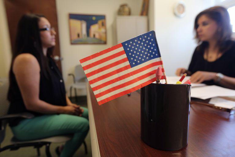 Dos muchachas en oficina con bandera de EE.UU.