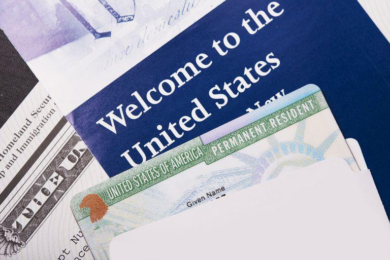 Green card, formularios migratorios y folleto bienvenida a USA