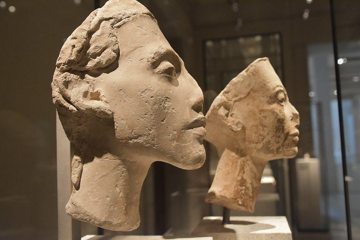 Busts of Nefertiti and Akhenaten, profile view.