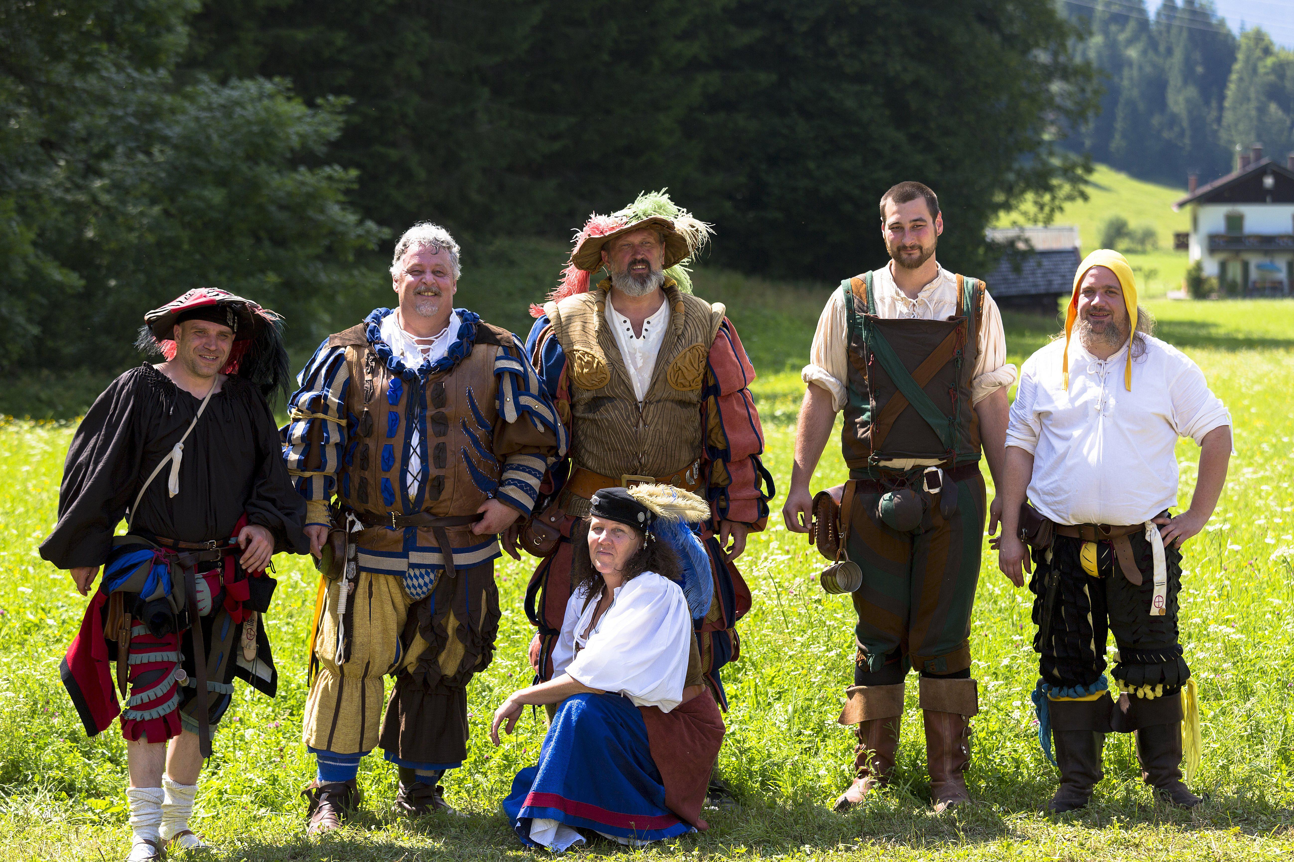 sechs Personen in Kostümen beim deutschen Festival