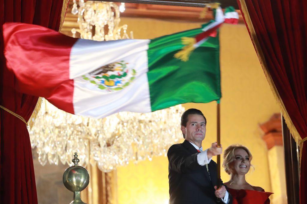 Ο Enrique Peña Nieto κουνώντας τη μεξικανική σημαία